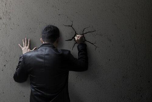 Kendine Zarar Veren Birinin 7 Özelliği